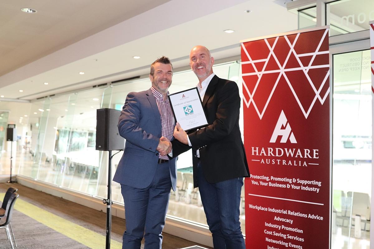 Hardware-Australia-Chair-Paul-Stewart-presents-Certificates-of-Appreciation2